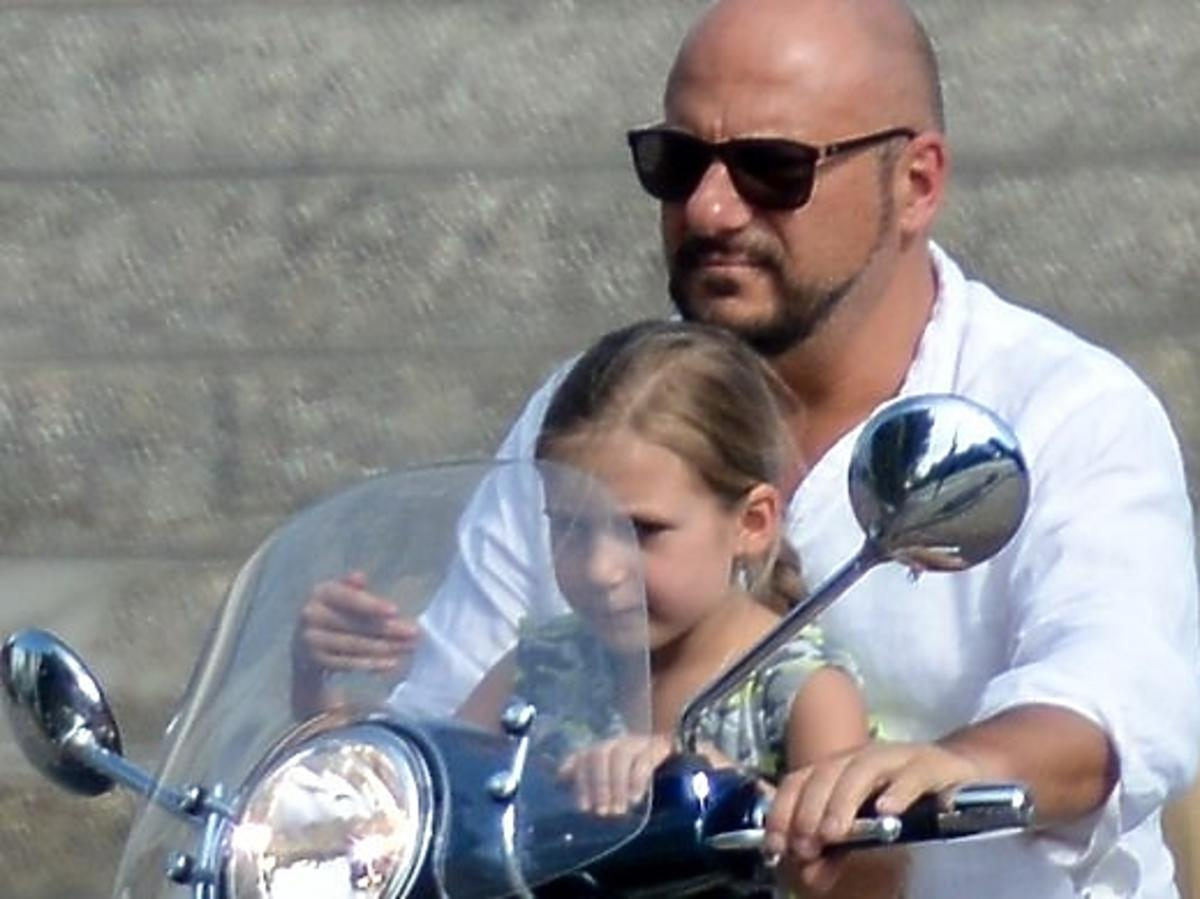 Piotr Gąsowski i Anna Głogowska z córką w restauracji