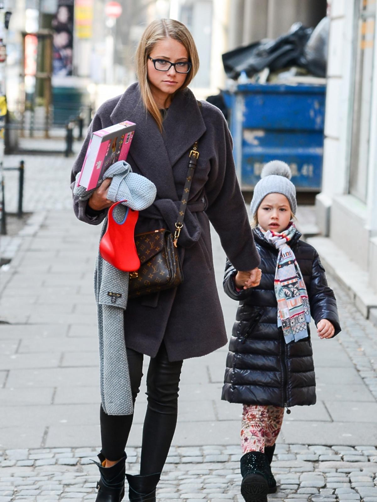 Piotr i Agata Rubikowie z córkami na spacerze