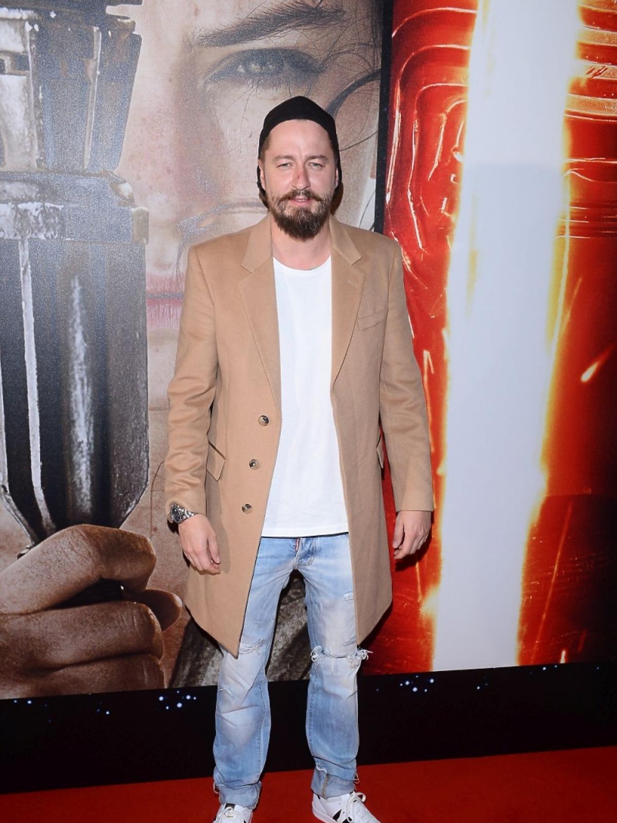 Piotr Kędzierski w beżowym płaszczu