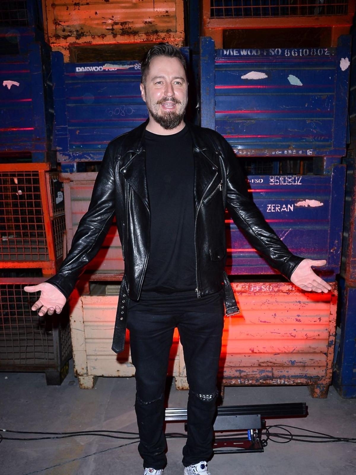 Piotr Kędzierski w czarnej stylizacji