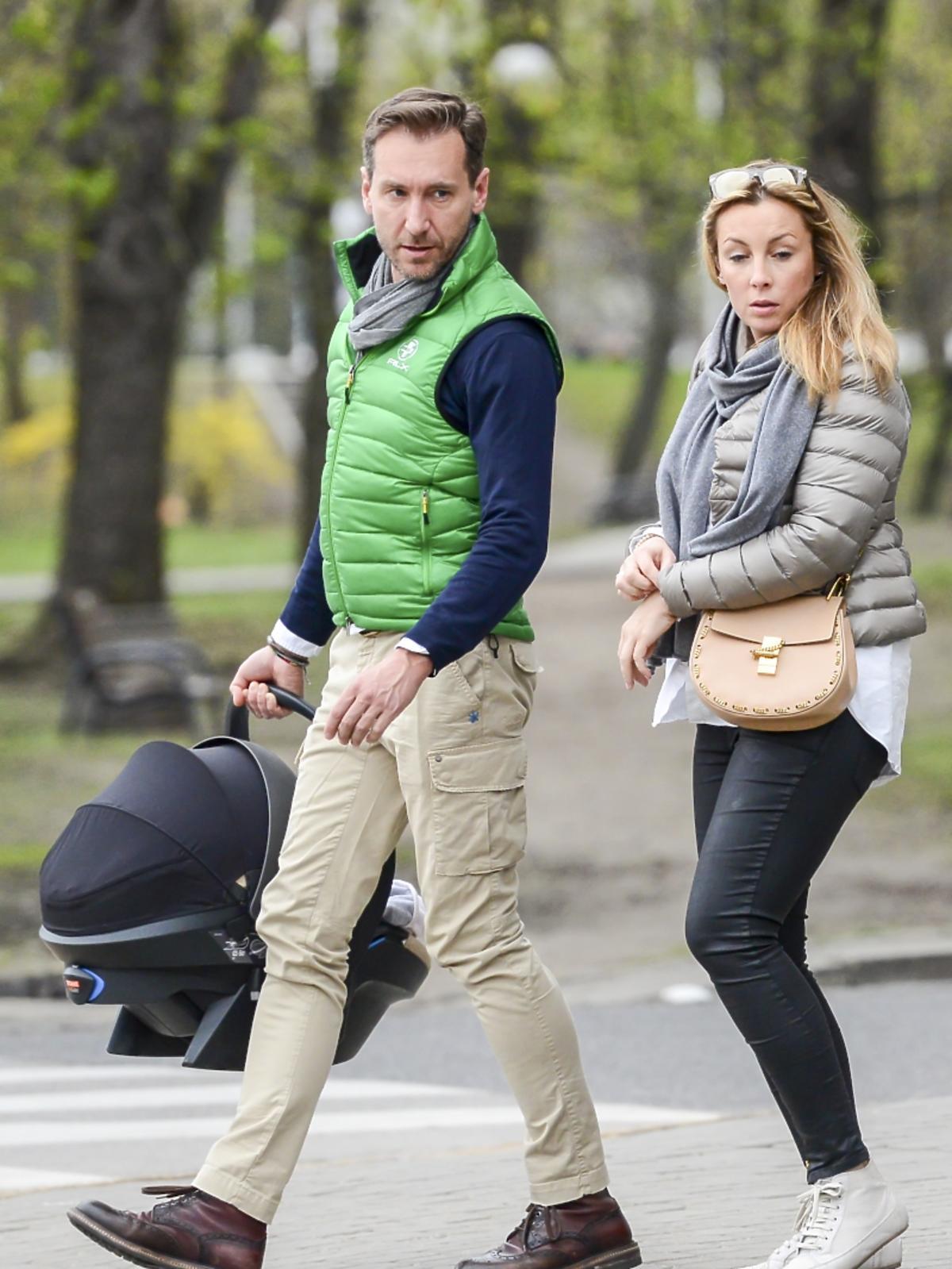 Piotr Kraśko w beżowych spodniach