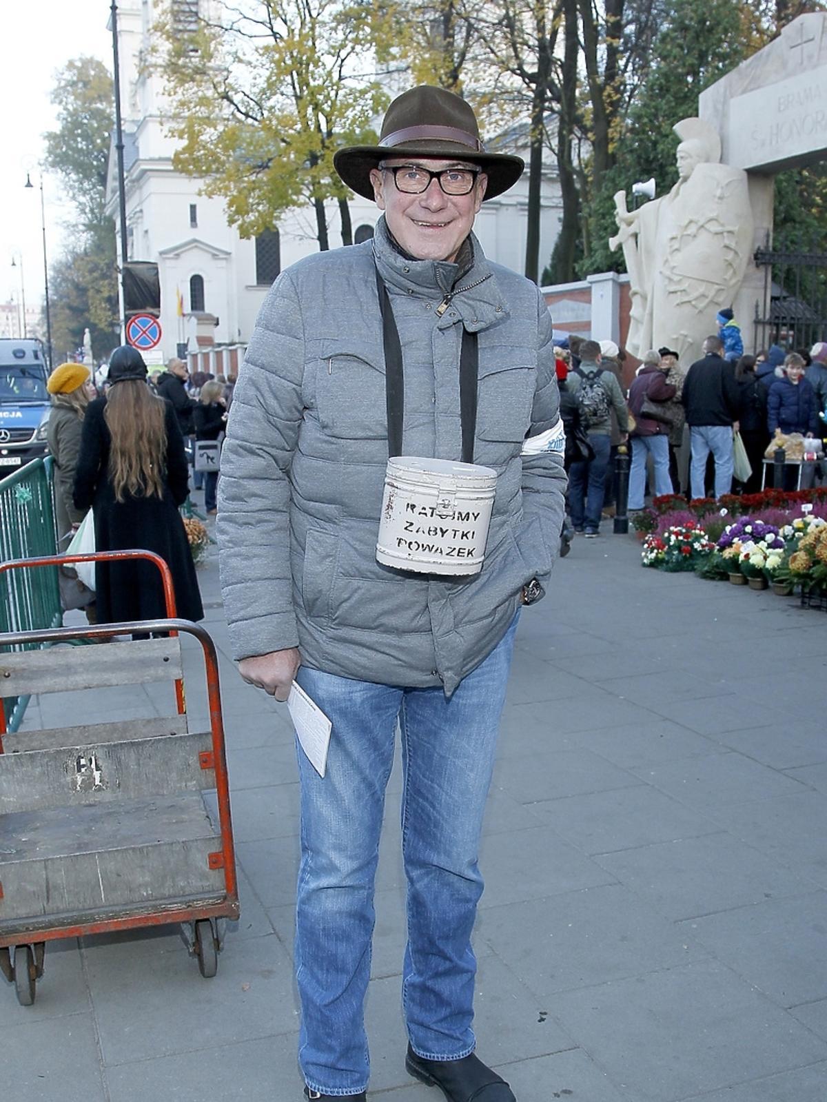 Piotr Machalica podczas kwesty artystów na Powązkach