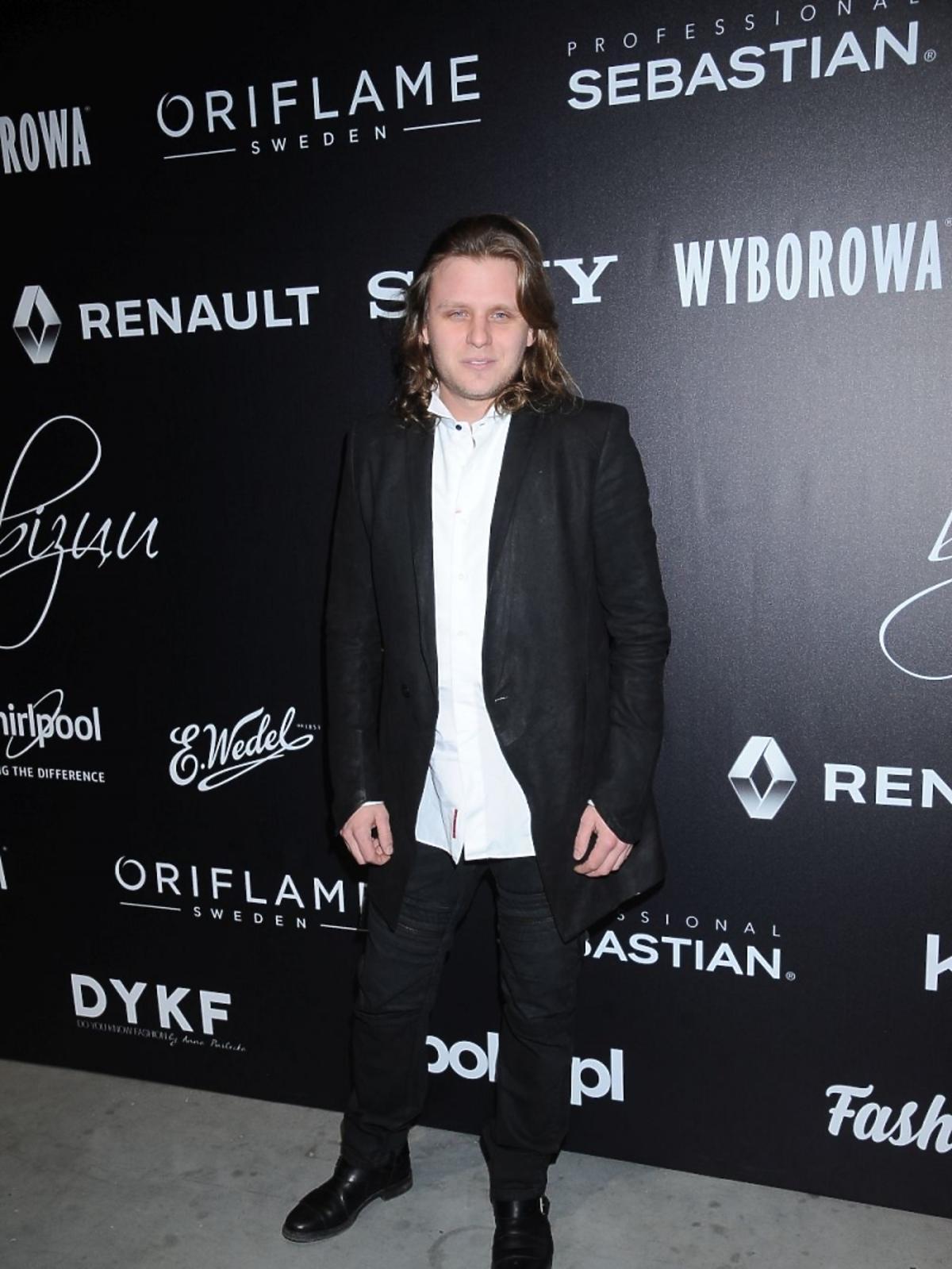 Piotr Woźniak-Starak z wypuszczoną koszulą