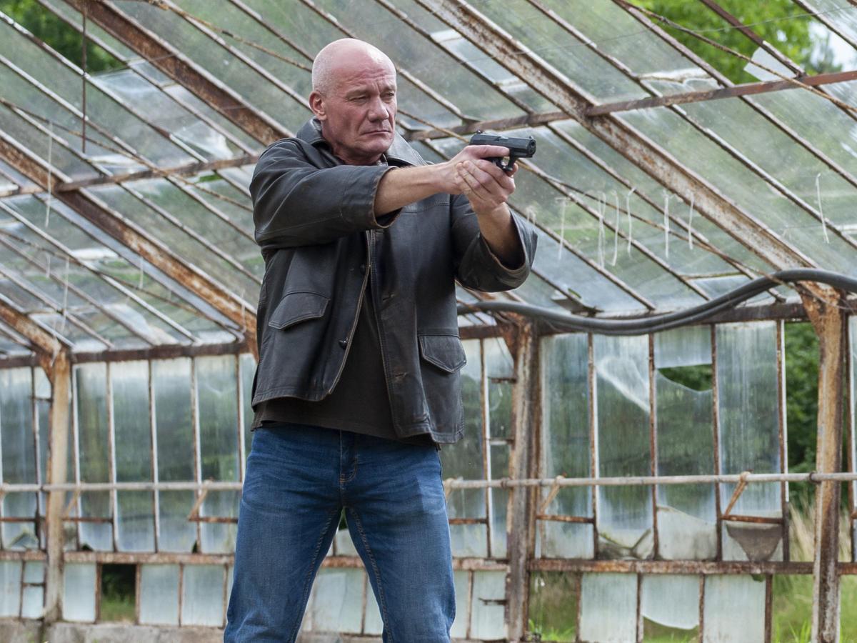 Piotr Zelt na planie Sprawiedliwych mierzy z pistoletu