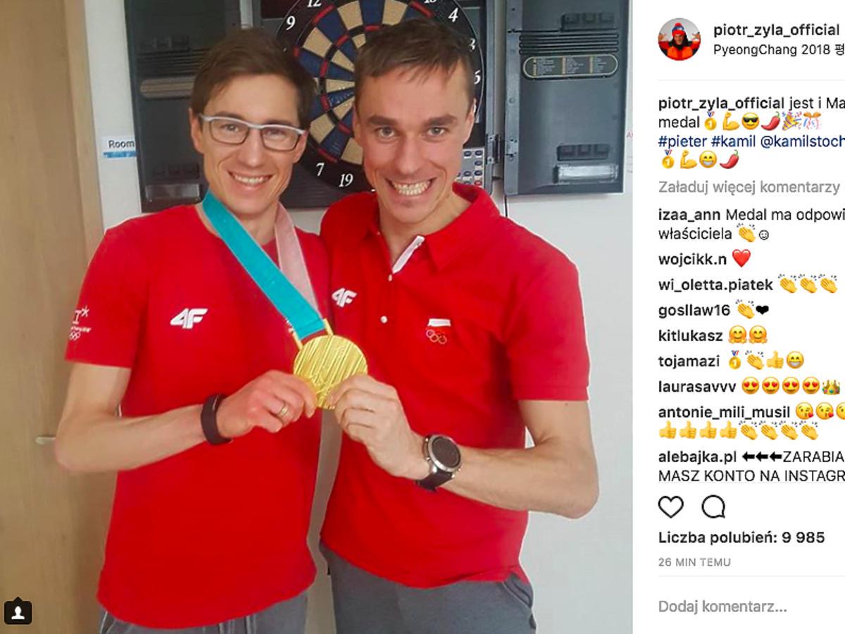 Piotr Żyła i Kamil Stoch z medalem