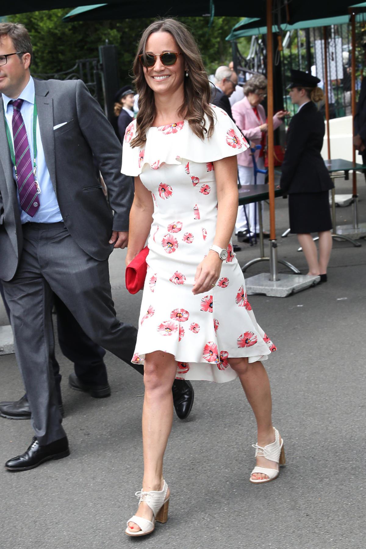 Pippa Middleton w białej sukience w czerwone kwiaty