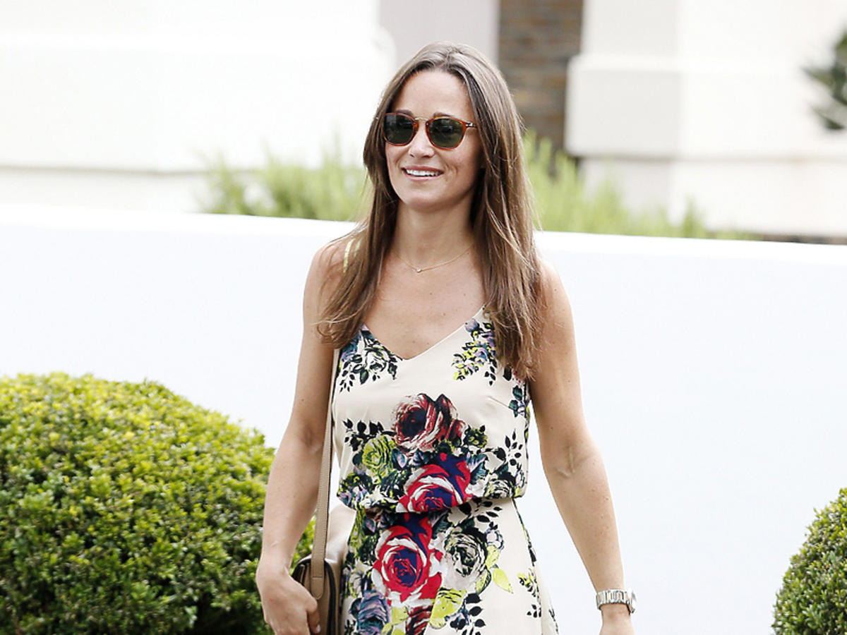 Pippa Middleton w krótkiej białej sukience z kwiatami