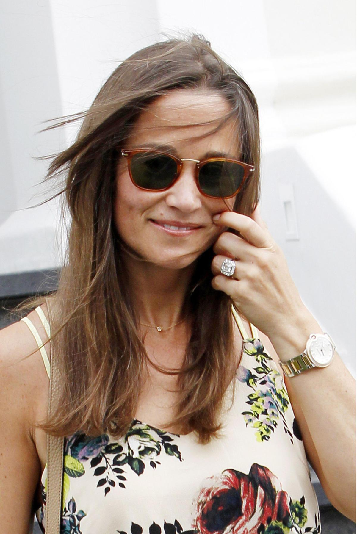 Pippa Middleton w letniej sukience, okularach i z pierścionkiem