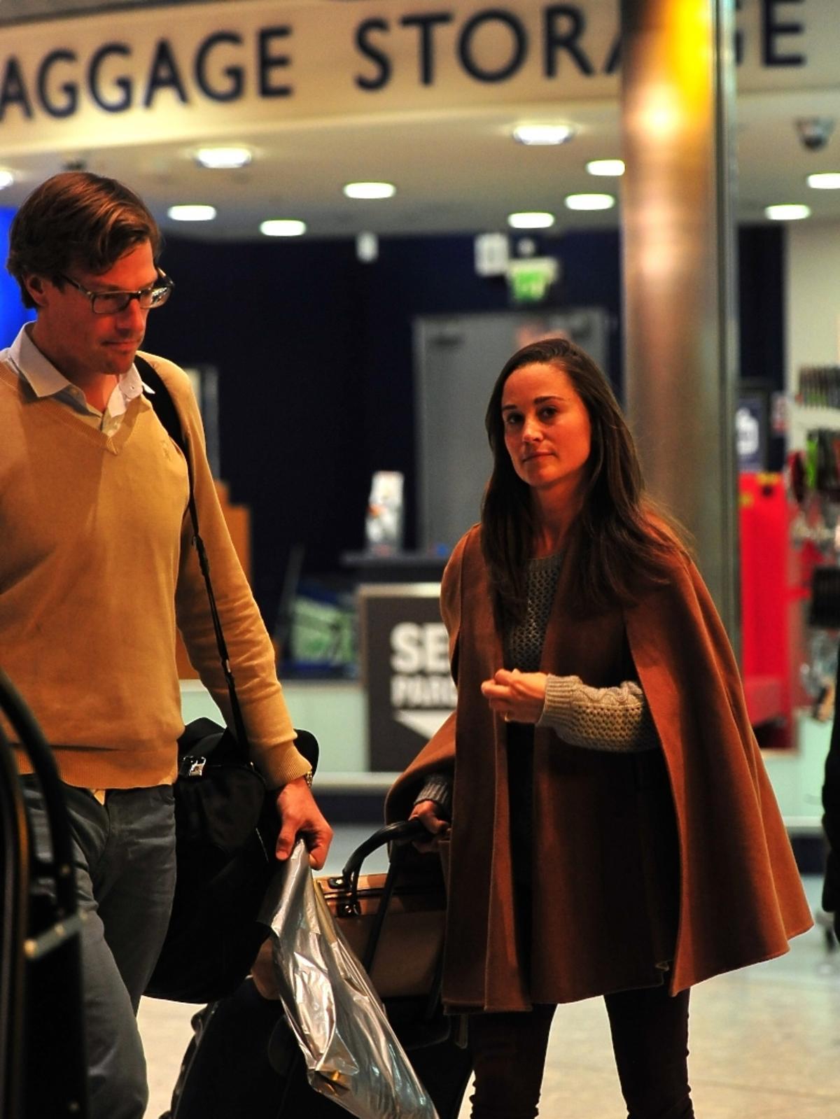 Pippa Middleton z chłopakiem Nico Jacksonem na lotnisku w Londynie