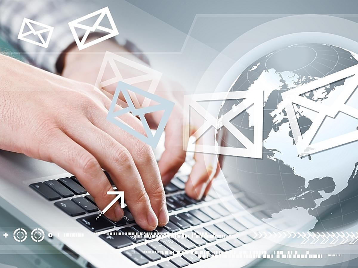 pisanie maila na komputerze