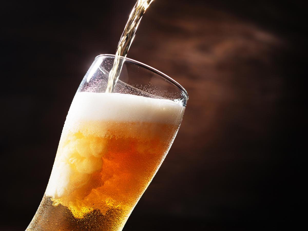 piwo na czarnym tle