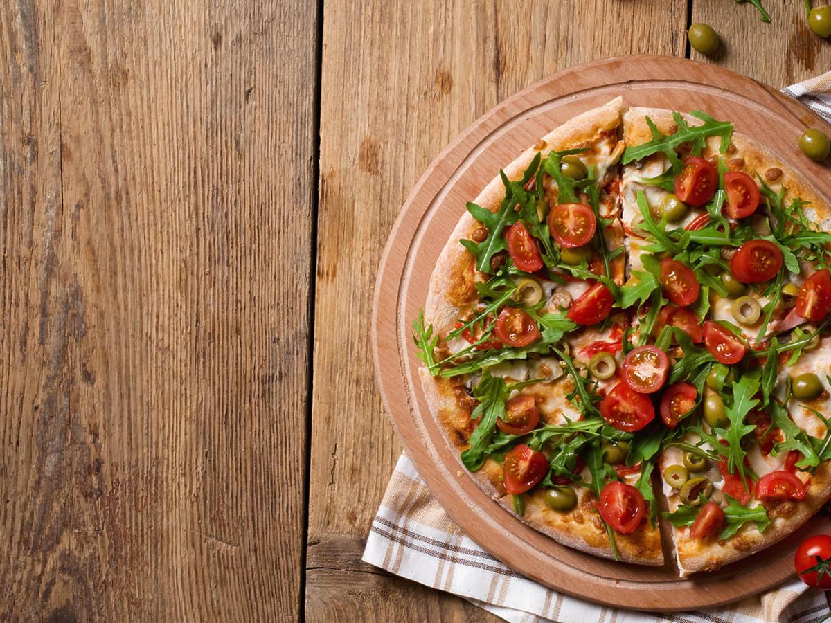 Pizza z pomidorami i rukolą.