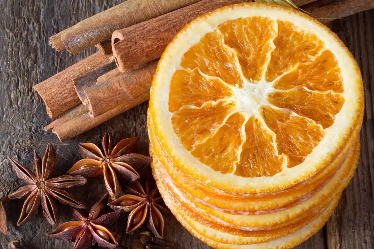 Plasterki suszonych pomarańczy, laski cynamonu, anyżowe gwiazdki
