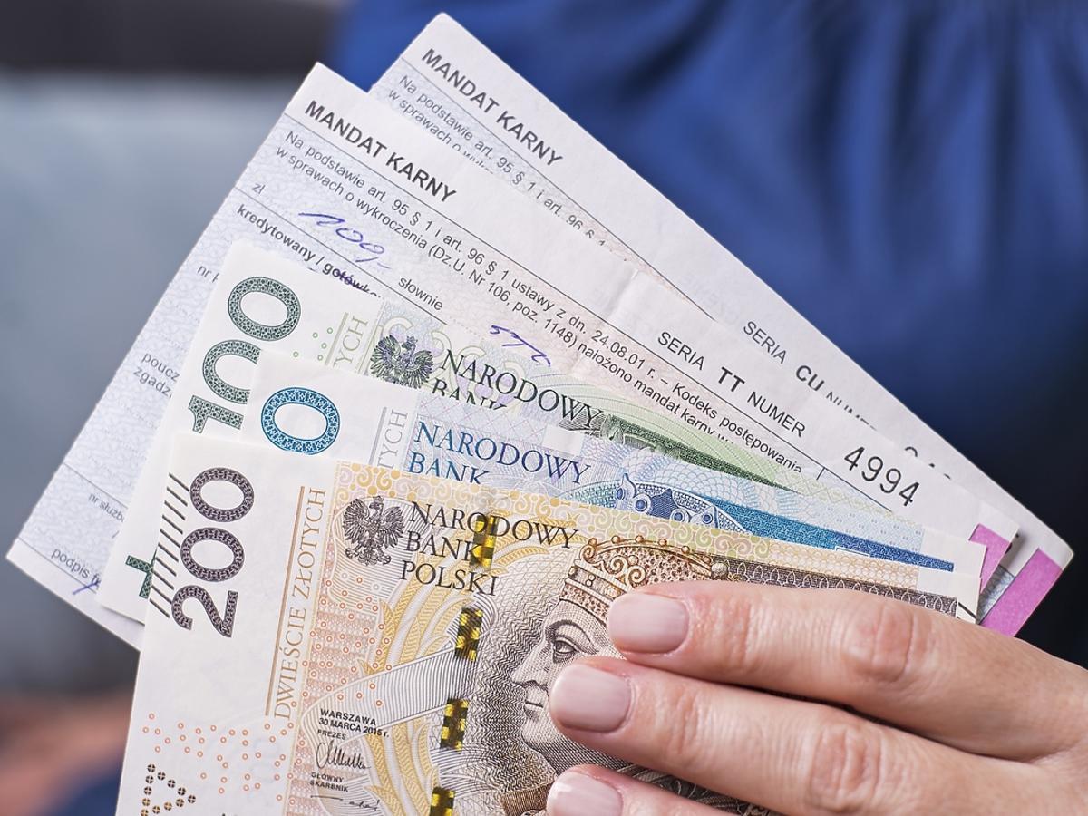 plik banknotów i mandatów trzymany w rękach