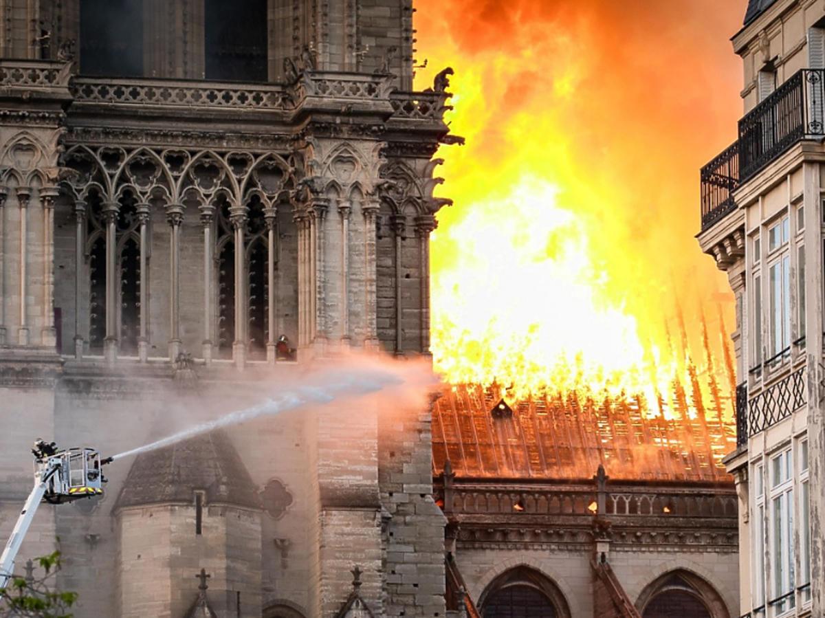 Płomienie w katedrze Notre Dame