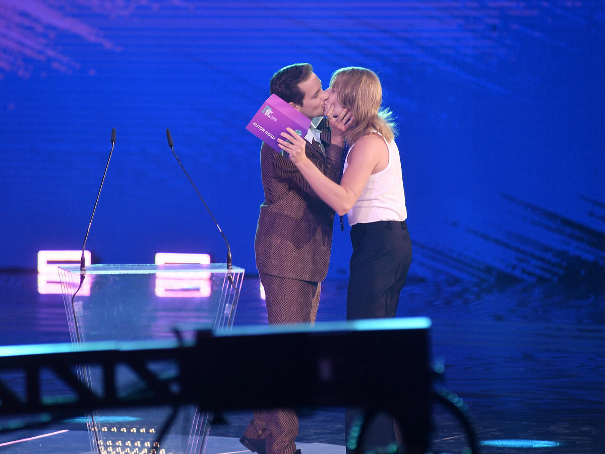 Pocałunek Zalewskiego i Kamińskiego na Fryderykach 2021