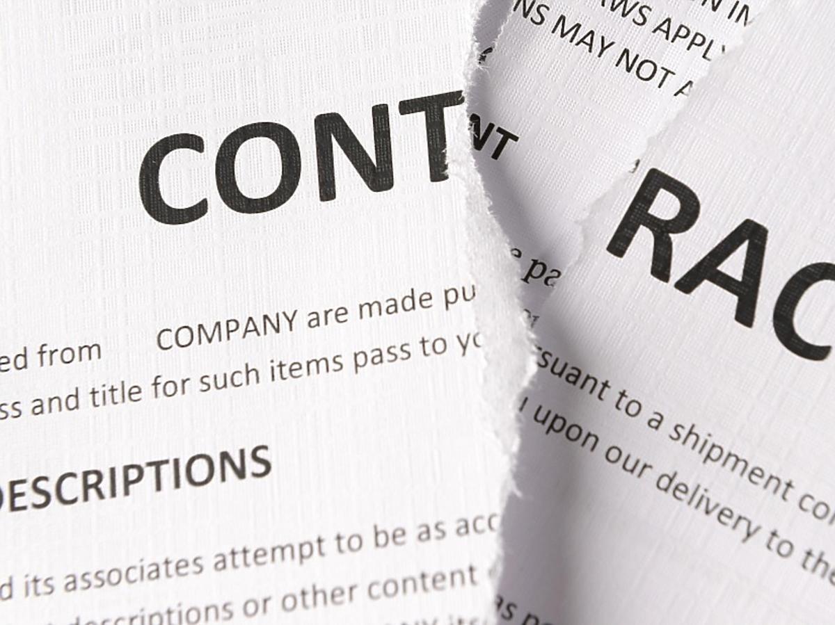 podarty kontrakt o pracę