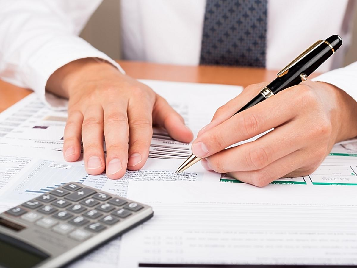 podpisywanie dokumentów i kalkulator
