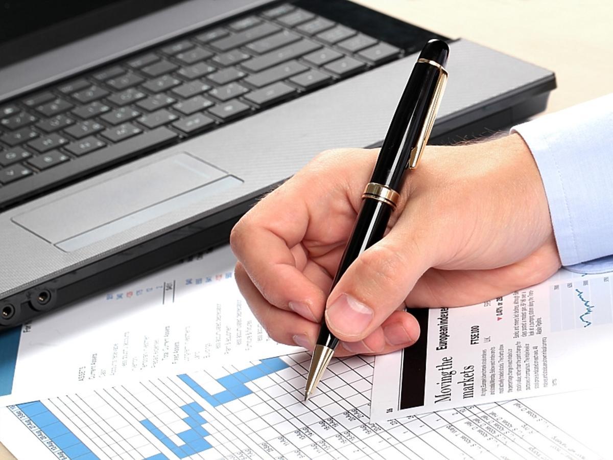podpisywanie dokumentów i laptop
