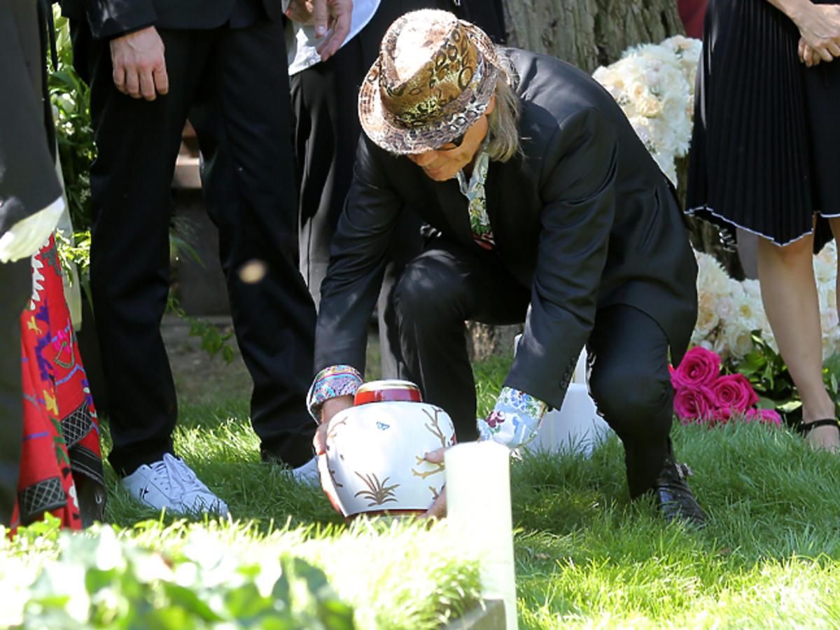Pogrzeb Kory, Kamil Sipowicz składa urnę z prochami żony do grobu