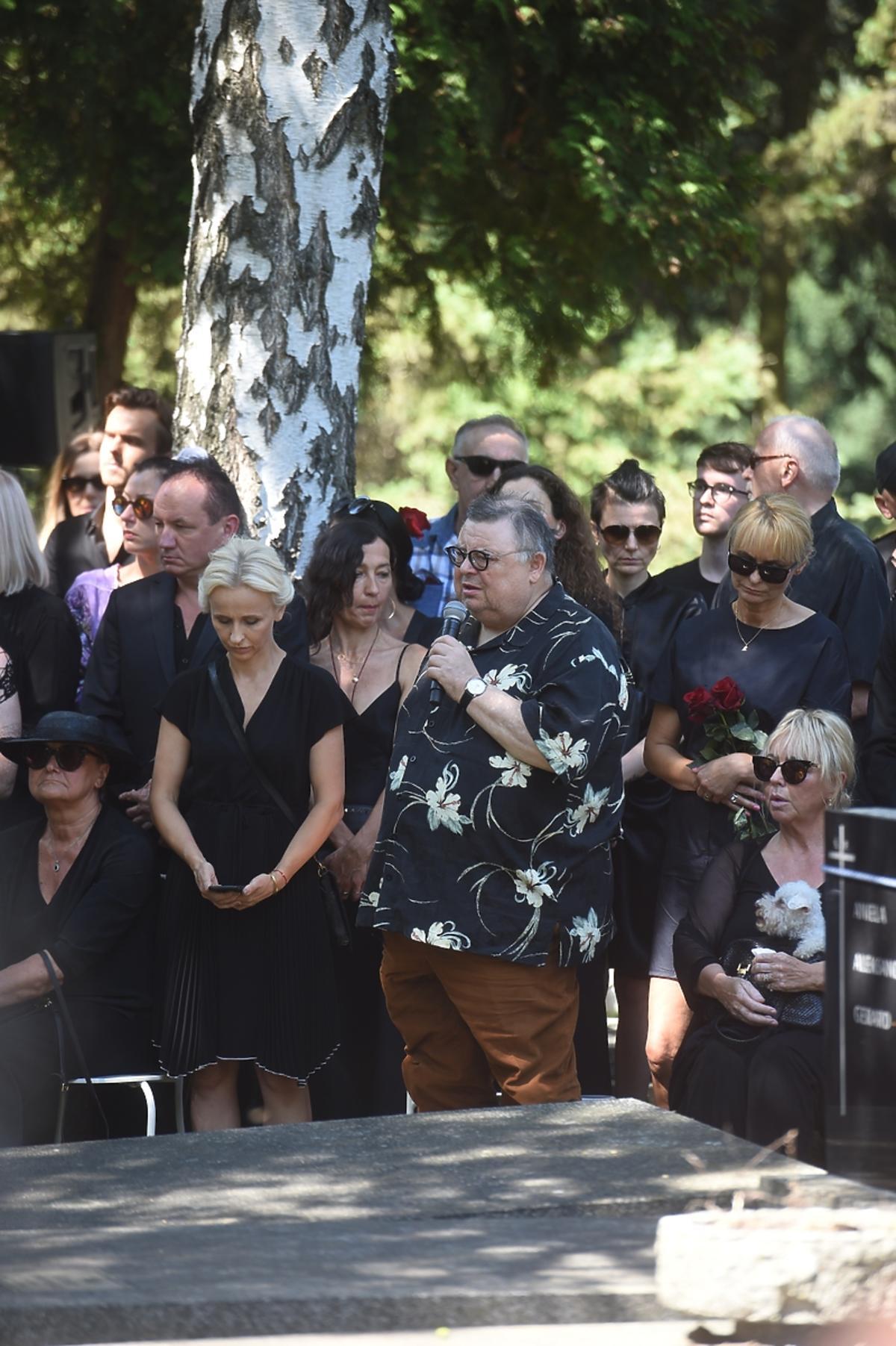 Pogrzeb Kory, przemawia dziennikarz Wojciech Mann