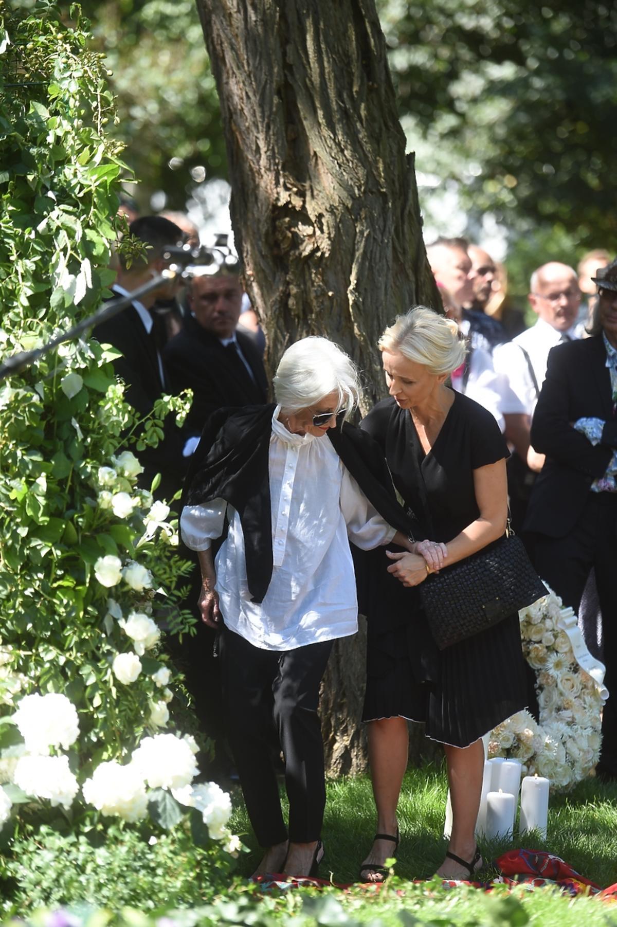 Pogrzeb Kory: siostra i Katarzyna Litwin, menadżerka