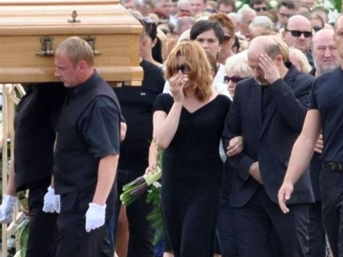Pogrzeb Zuzanny Kolskiej. Zdjęcia z pogrzebu Zuzanny Kolskiej. Grażyna Błęcka-Kolska na pogrzebie Zuzanny Kolskiej