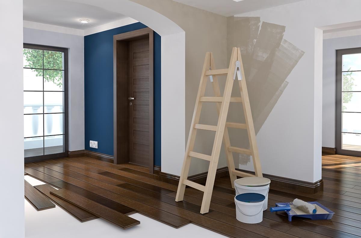 pokój w trakcie remontu, drabina i farby stoją przy ścianie