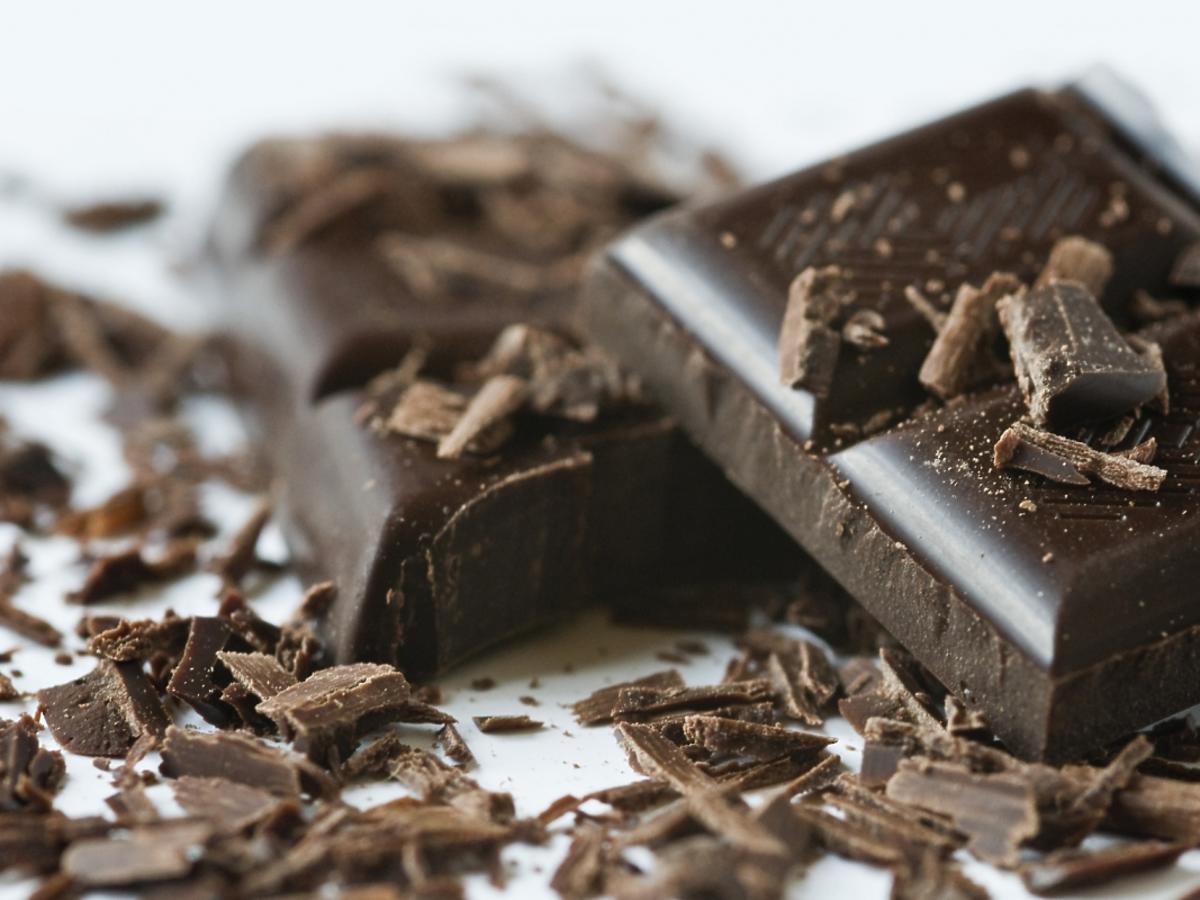 pokruszone kawałki gorzkiej czekolady