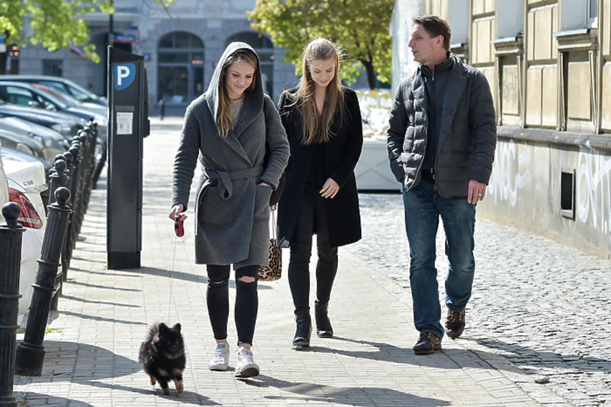 Pola Lis i Iga Lis z tatą na spacerze