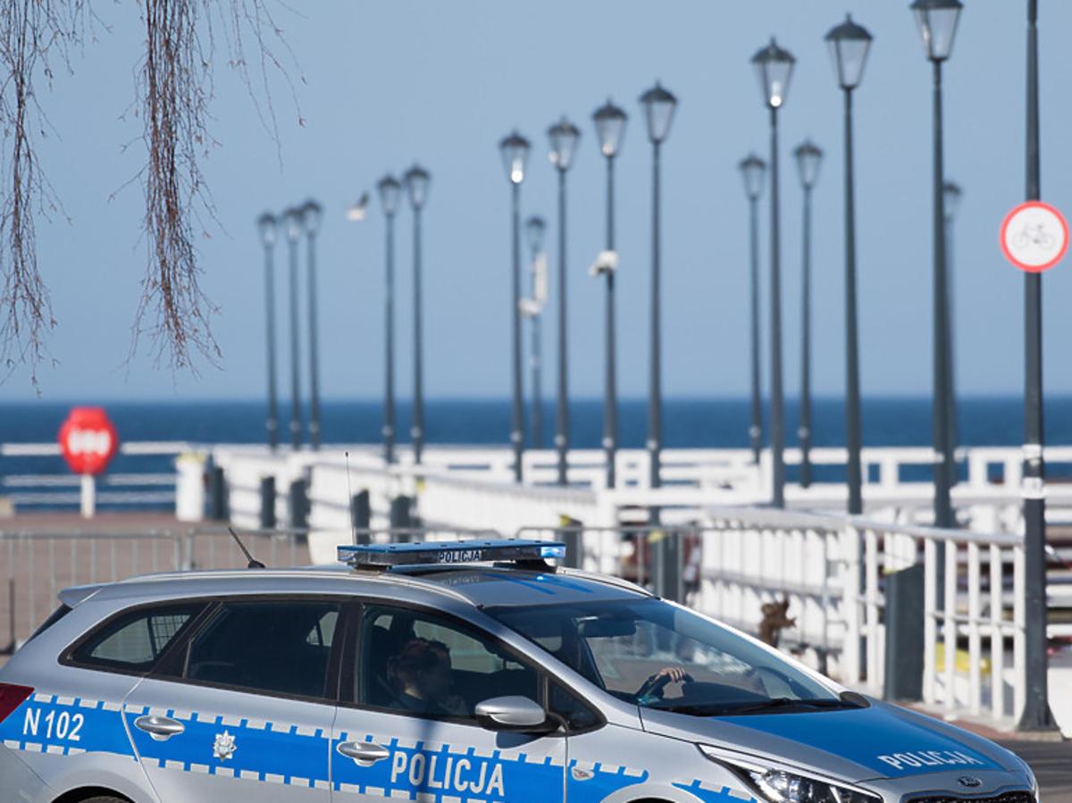 Policyjny patrol, zamknięte plaże, parki i lasy