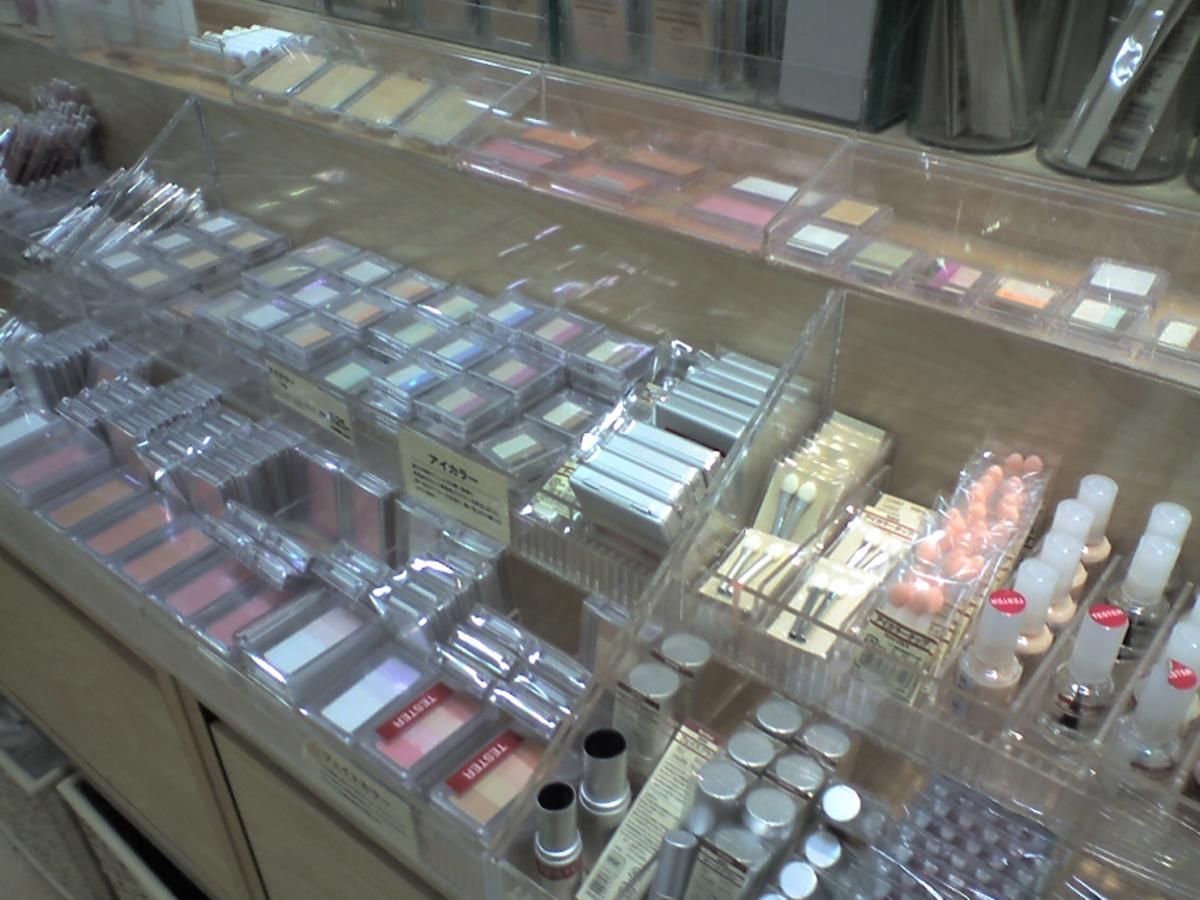 Półka z kosmetykami do makijażu