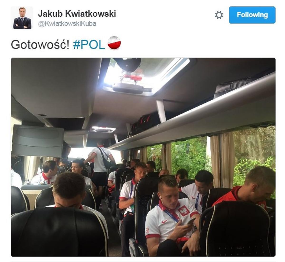 Polscy piłkarze w drodze na mecz relacja na żywo Polska - Ukraina