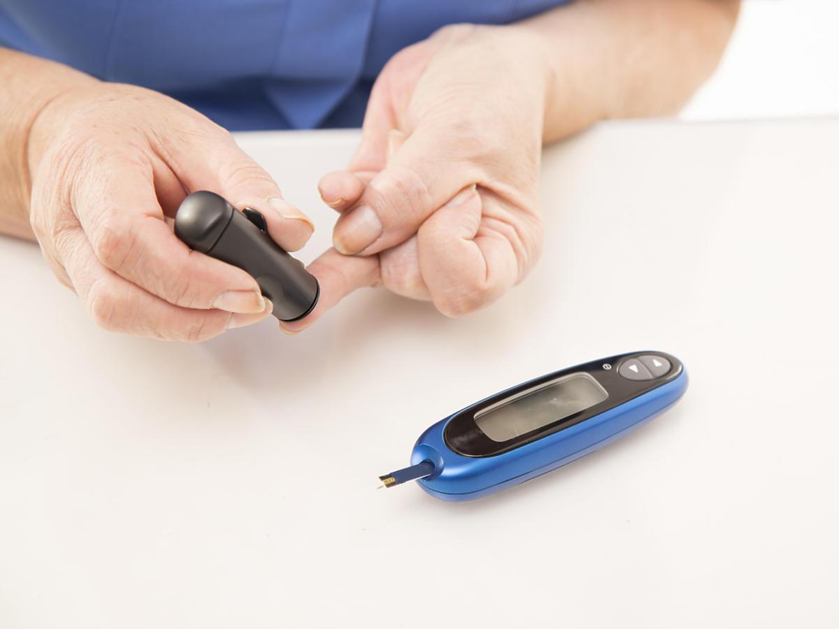 pomiar poziomu-cukru krwi glukometrem