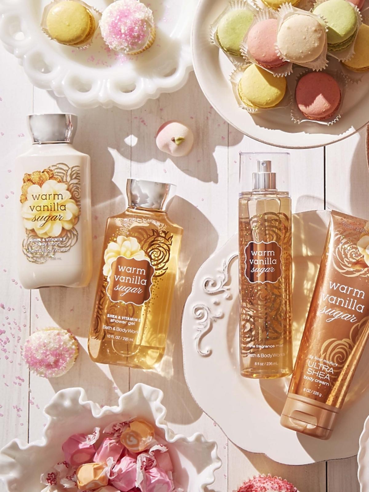 Otulająca linia kosmetyków Warm Vanilla Sugar od Bath & Body Works. Balsam – 59 zł,  Żel – 59 zł,  Krem do Ciała (w tubie) – 59 zł,  Mgiełka do ciała – 79 zł