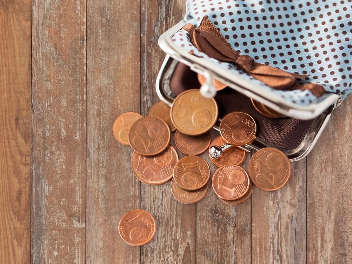 Portfel z rozsypanymi monetami