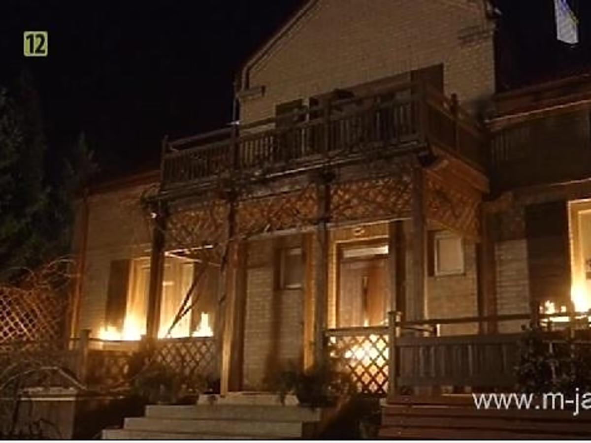 pożar domu Mostowiakw, dom w płomieniach