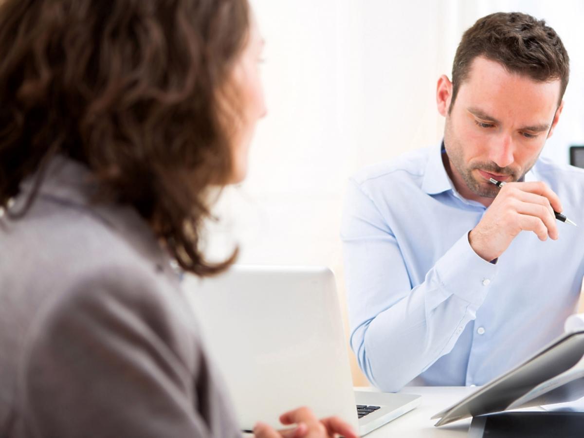 pracodawca rozmawia z pracownikiem