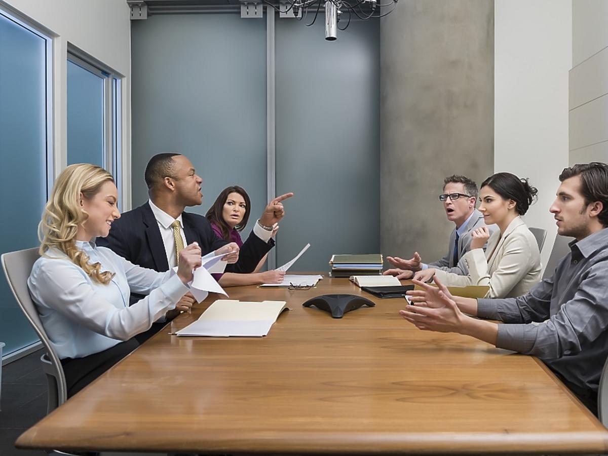 pracownicy za zebraniu w pracy