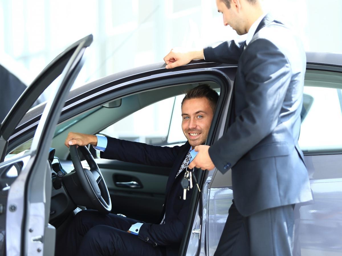 pracownik w samochodzie służbowym