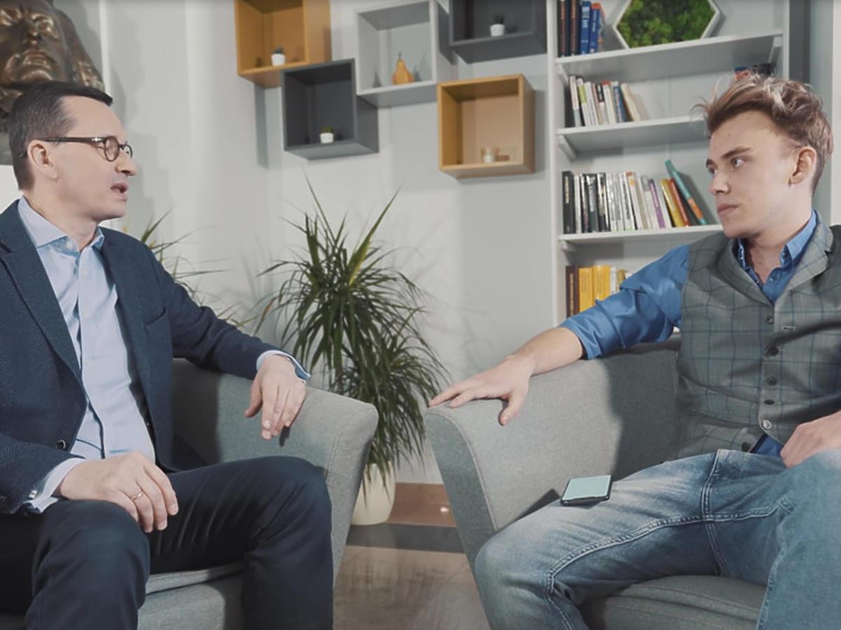 Premier Mateusz Morawiecki w rozmowie z youtuberem Blowkiem