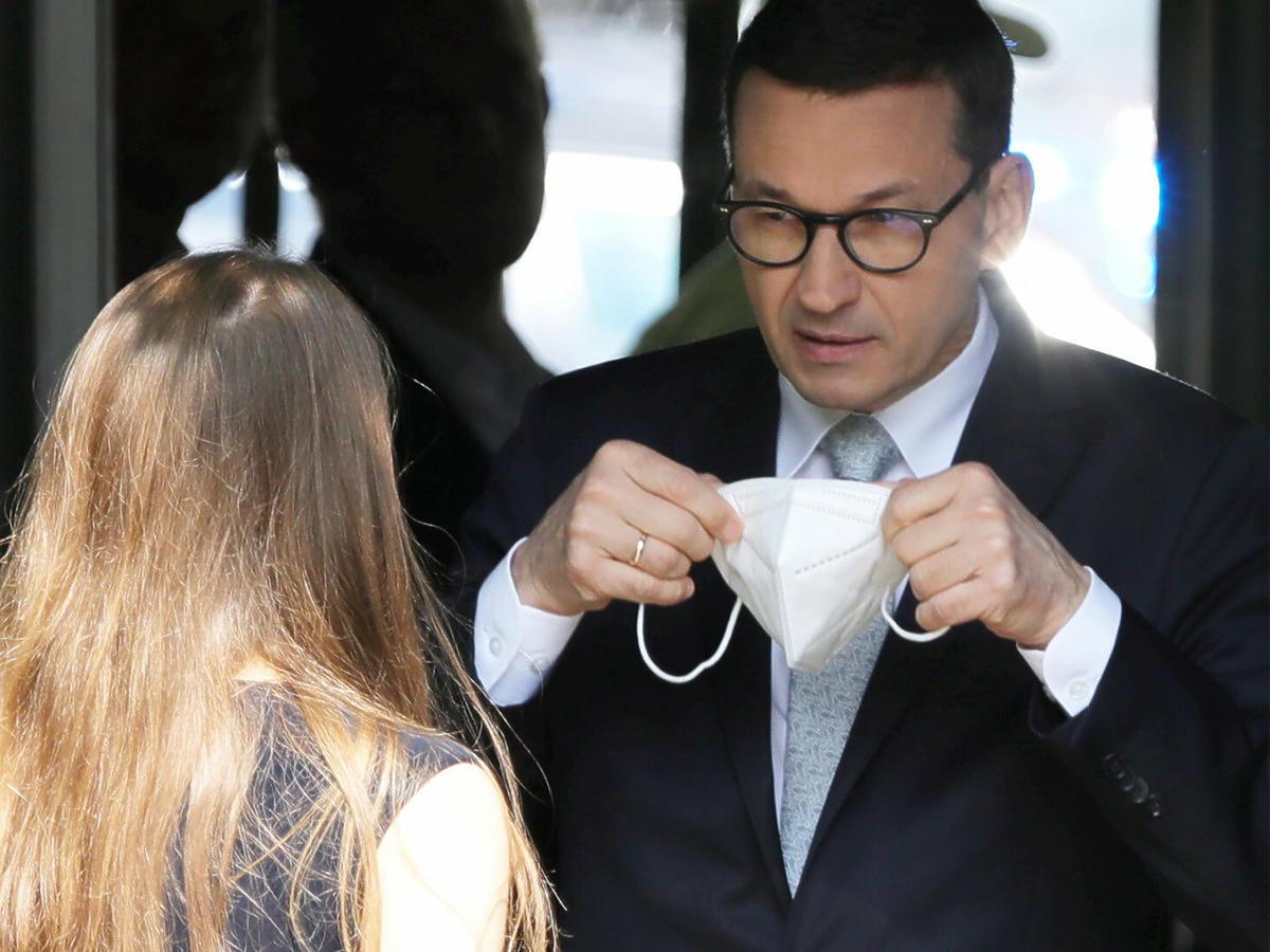 Premier Mateusz Morawiecki zakłada maseczkę