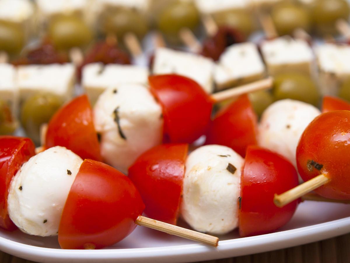 Przekąski na wykałaczkach: pomidor i mozzarella
