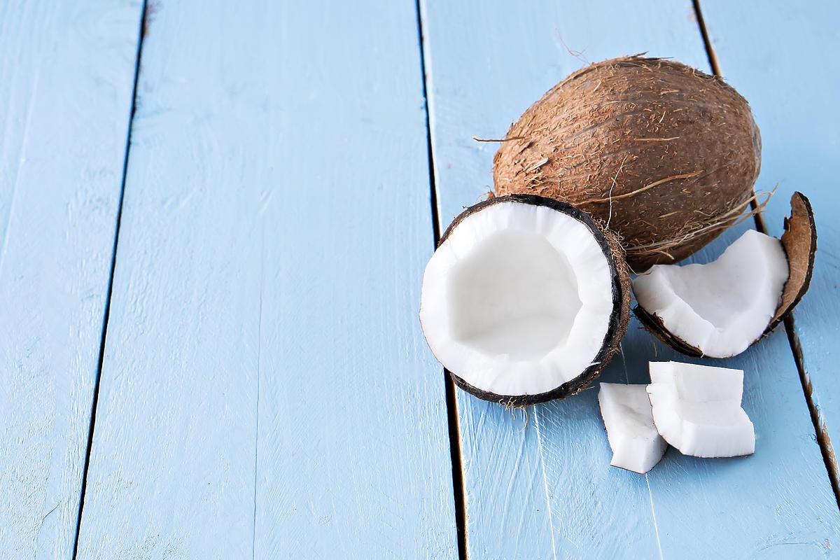 Przekrojony na pół kokos leży na stole