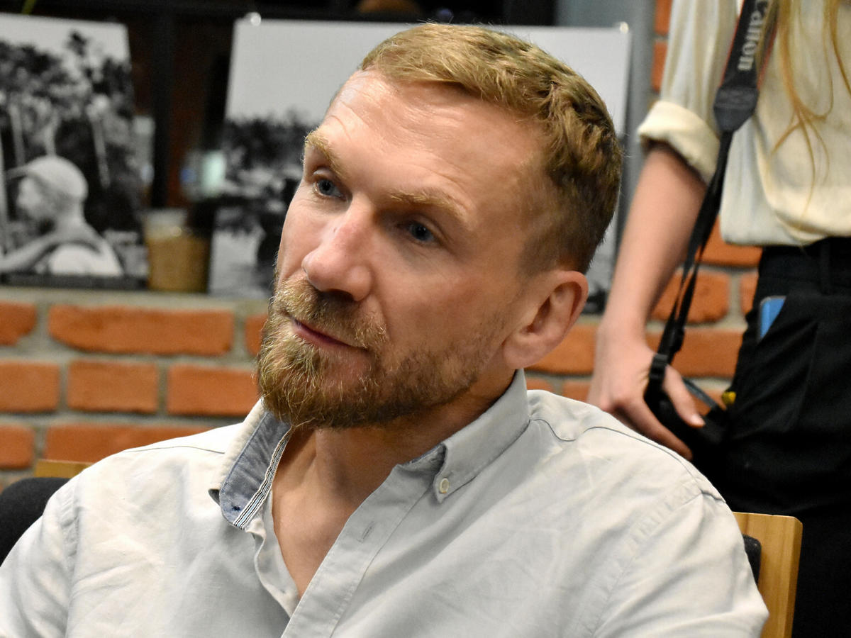 Przemysław Kossakowski w białej koszuli