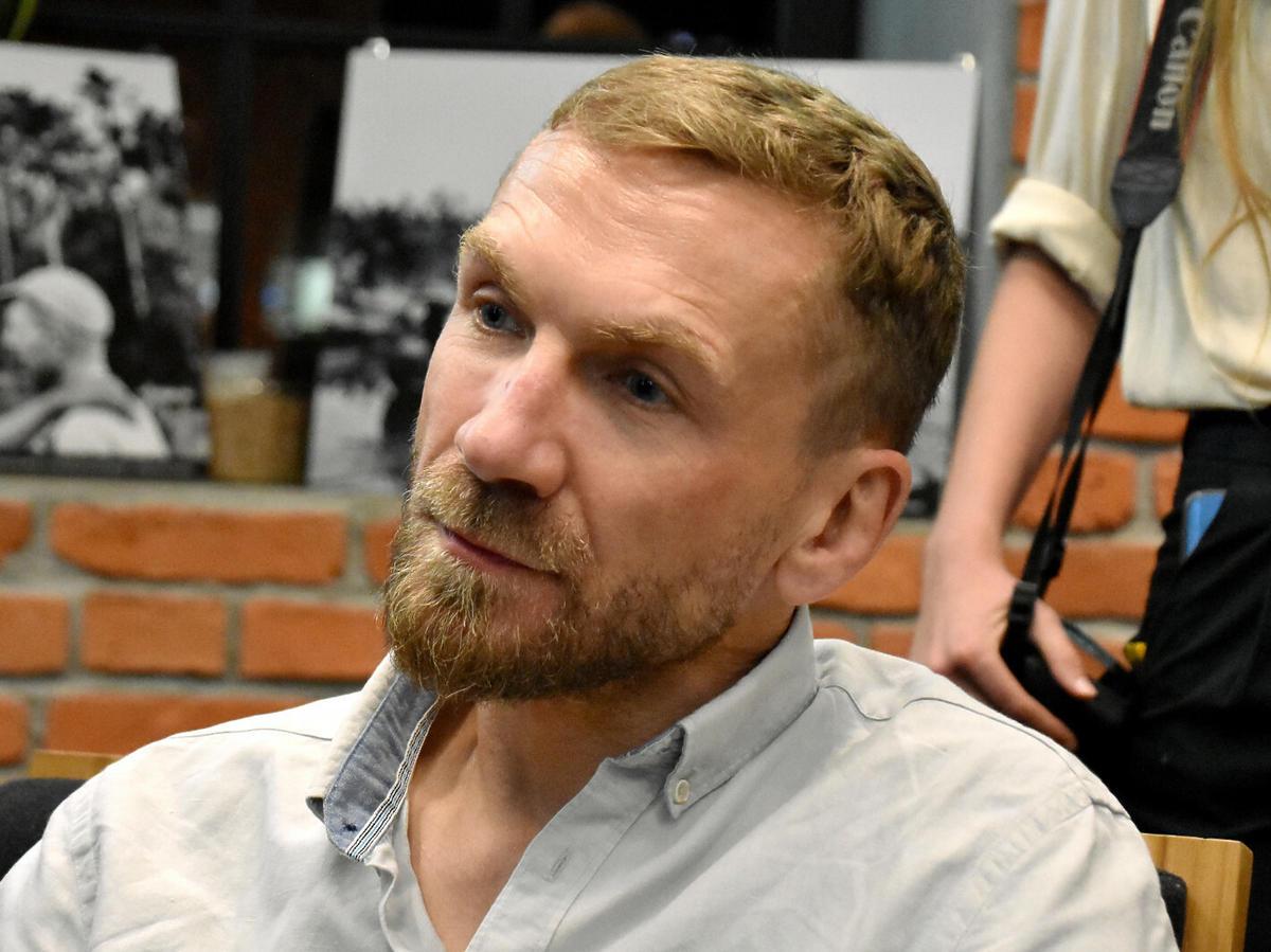 Przemysław Kossakowski w jasnej koszuli