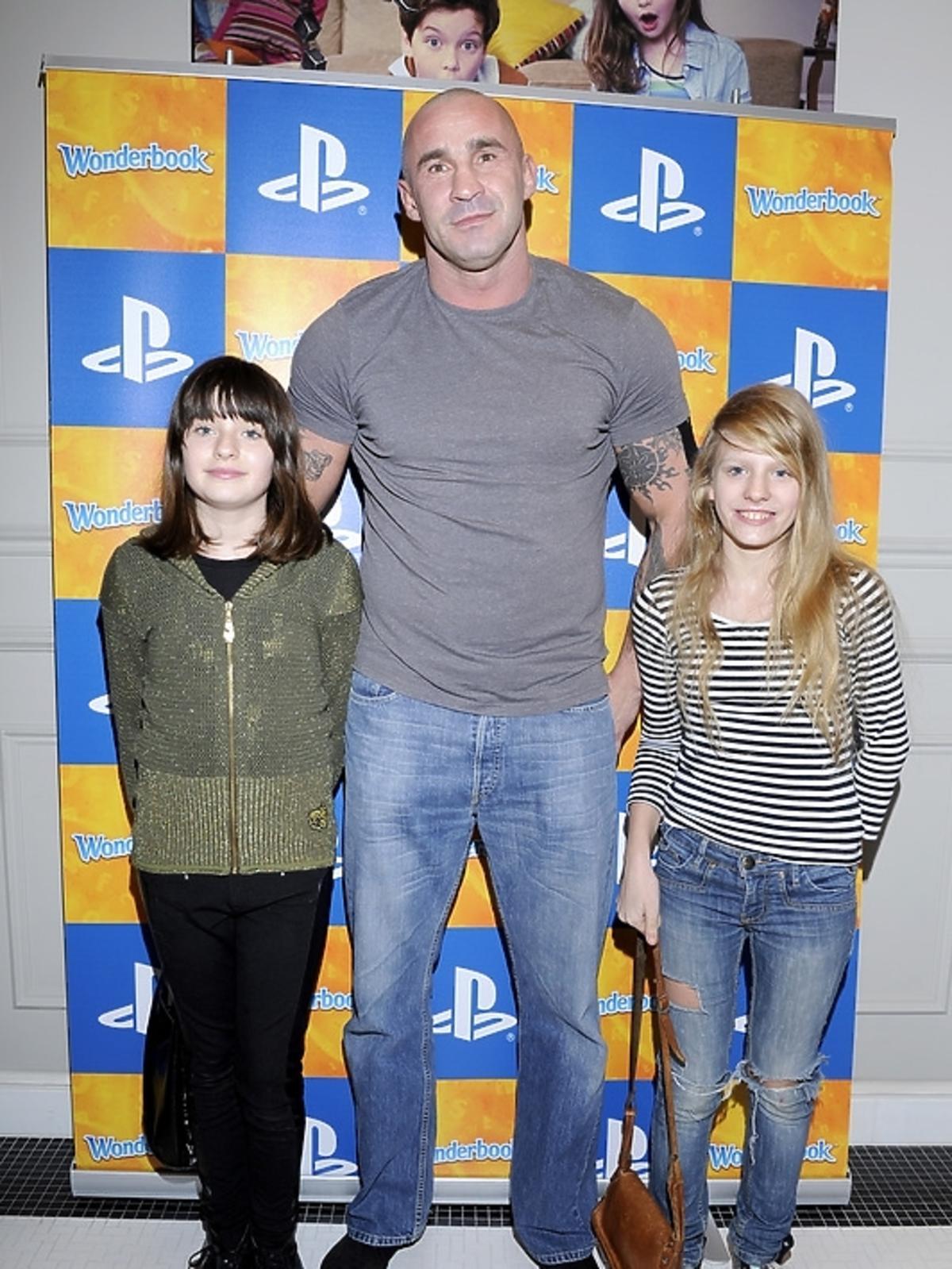Przemysław Saleta z córkami na premierze PlayStation 3 - Wonderbook: Księga Czarów