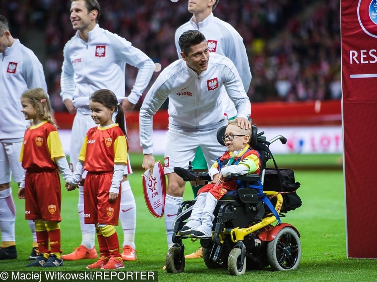 Przepiękny gest Roberta Lewandowskiego! Zabrał na murawę niepełnosprawnego Franka! Za to go kochamy! ZDJĘCIA