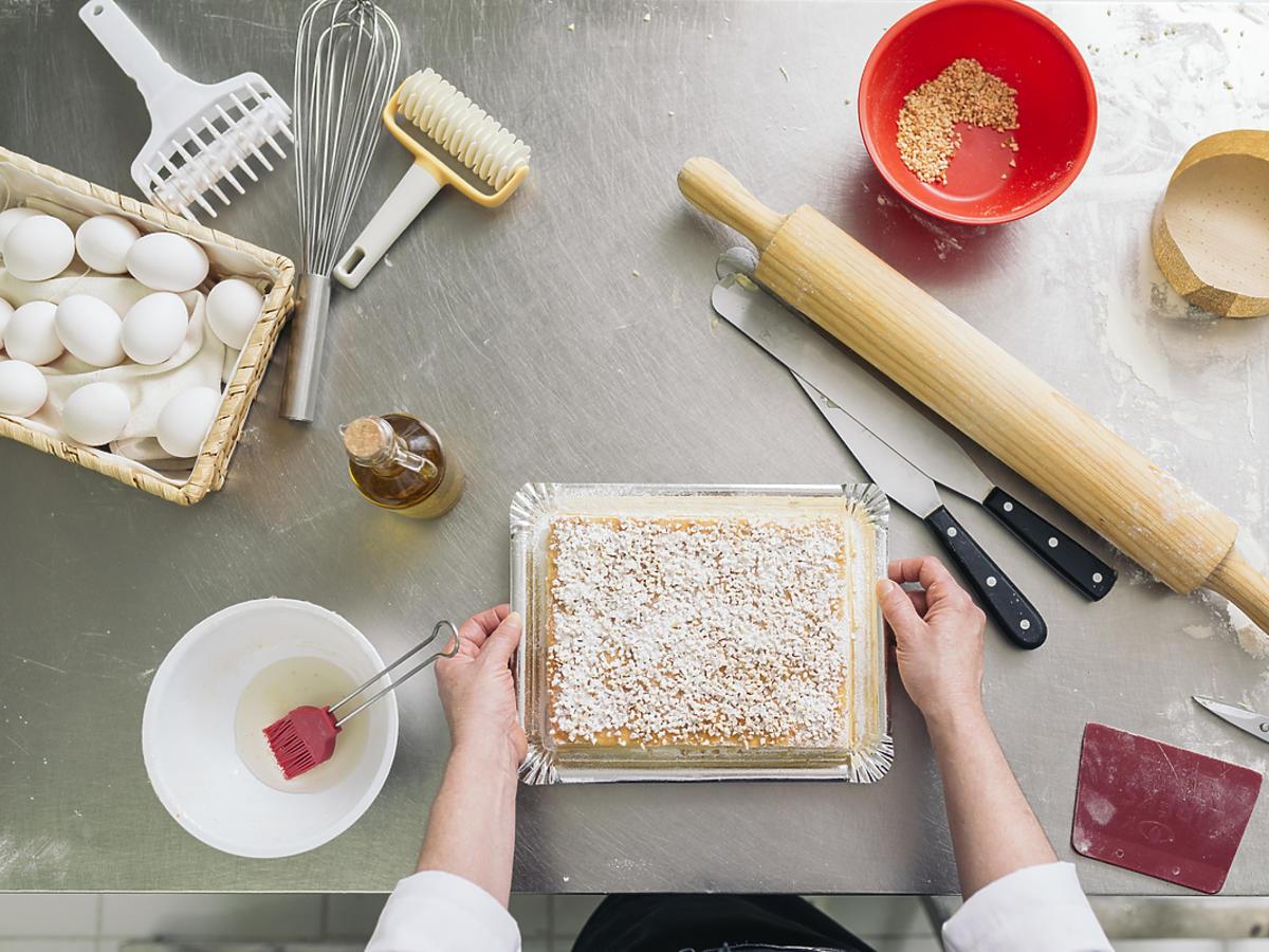 Przygotowywanie ciasta na blacie w kuchni