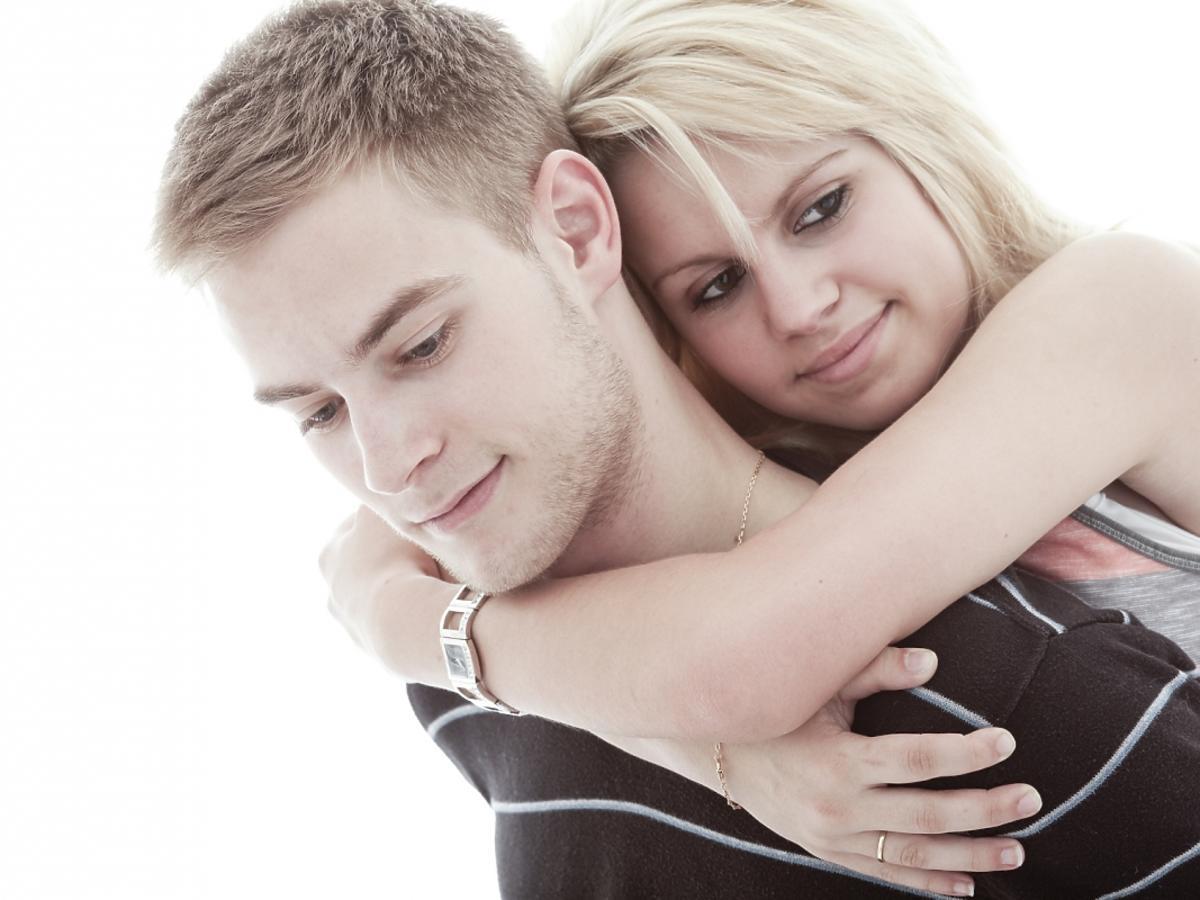Przytulająca się nastoletnia para